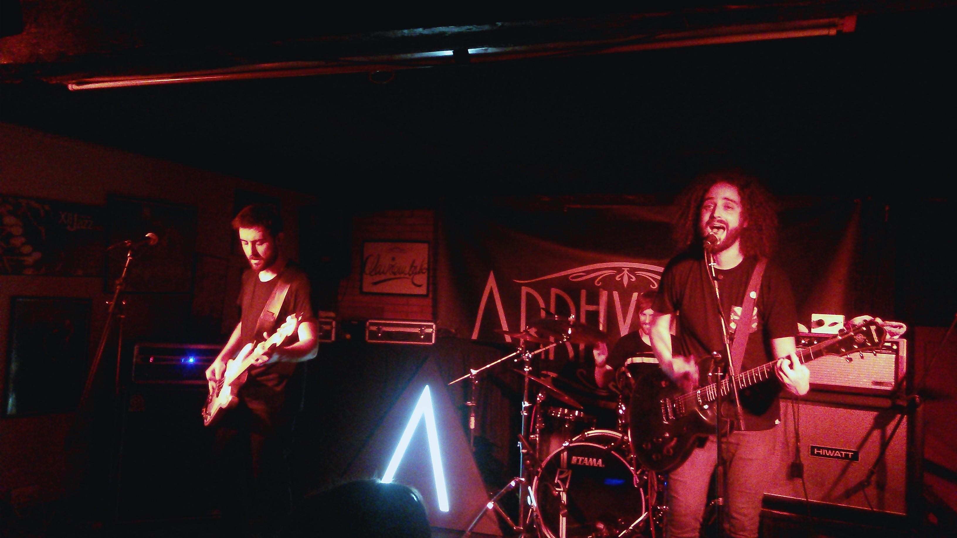 Os Arrhythmia consegue levantar a todo o público do Club Clavicémbalo durante o seu concerto|©Paula Martínez Graña