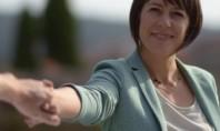 Ana Pontón téndenos a man dende o cartel da súa campaña. Imaxe: @anaponton