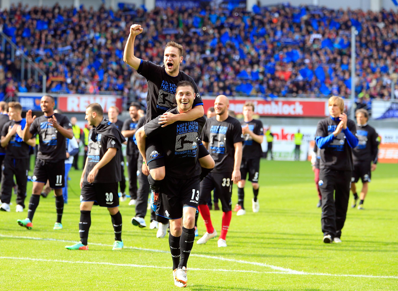 Varios jugadores del Paderborn celebran el ascenso a Bundesliga en 2014 | ©Sportal
