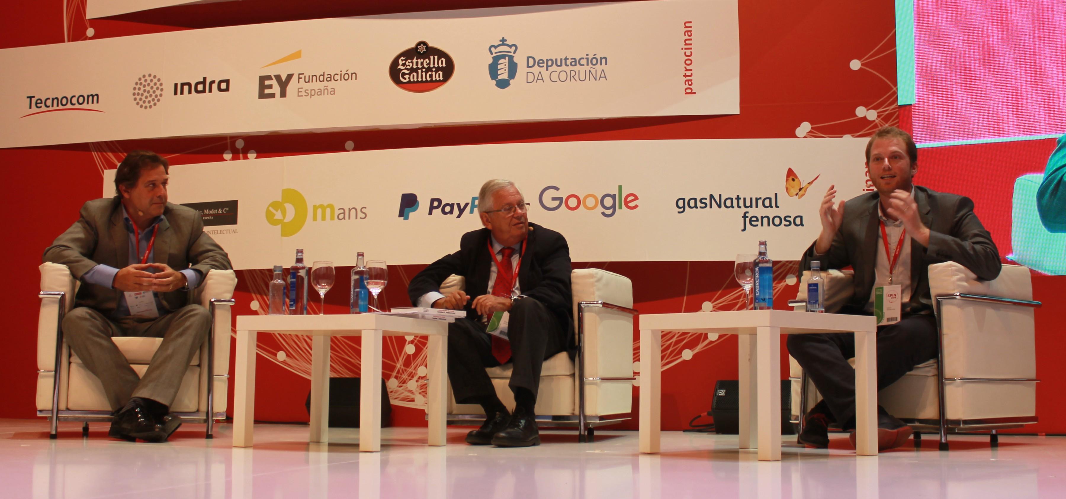 A la izquierda, el  consejero delegado de Hijos de Rivera, Ignacio Rivera; y en el centro el escritor y periodista Fernado Jáuregui, durante la charla que compartieron en el SPIN 2016