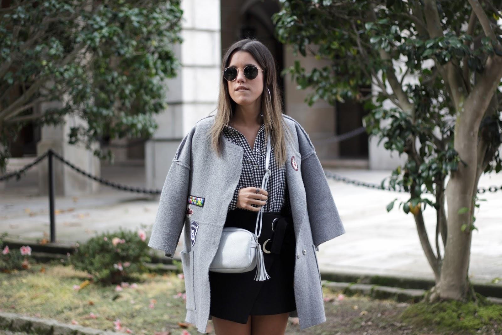 La bloguera gallega con un look muy sencillo en tonos negros, grises y plateados. | © lamodanoentiendedeleyes.blogspot.com