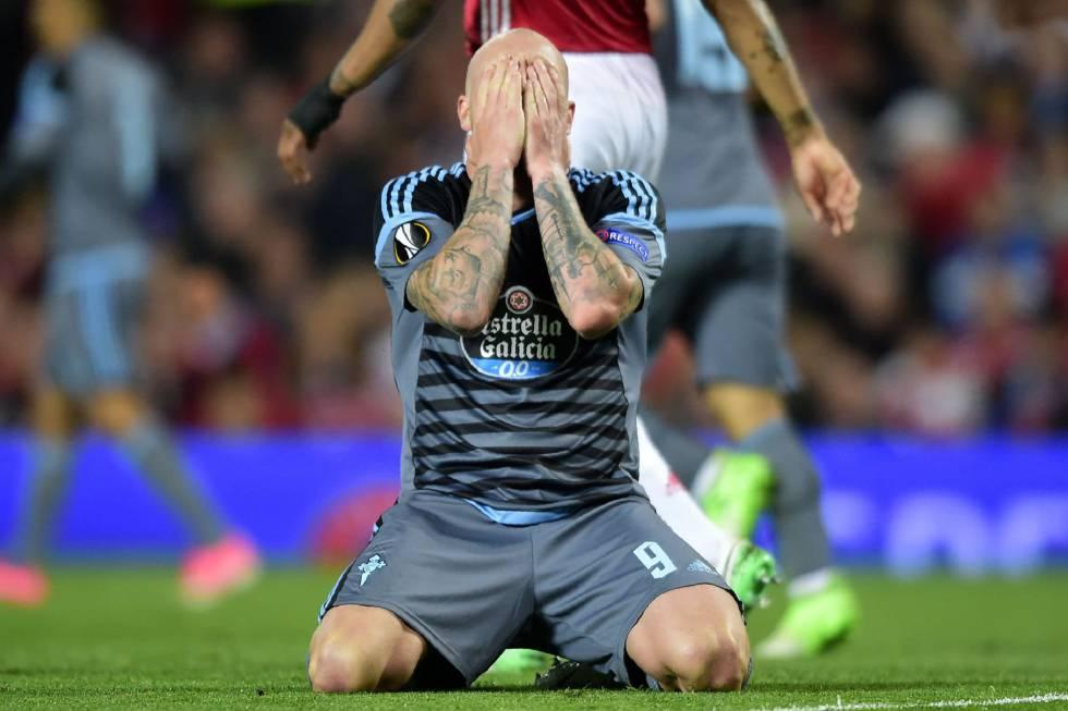 John Guidetti se lamenta de una ocasión fallada en Old Trafford - ©El País