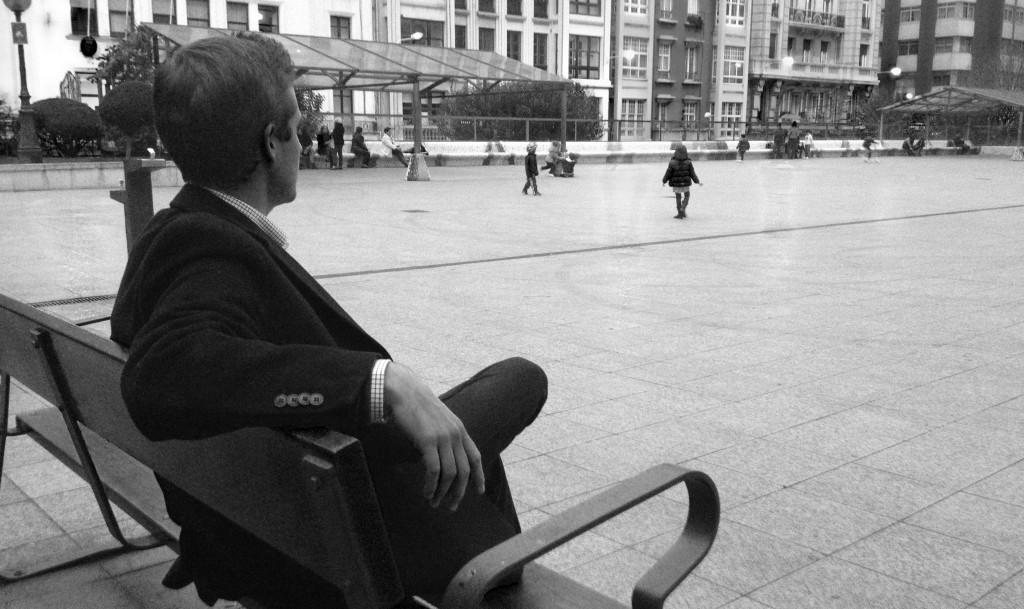 Me encontré con Juan en una plaza de Coruña, una plaza donde antiguamente existía el cine Equitativa, uno de los más importantes de la ciudad herculina en su día.