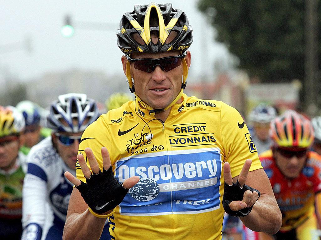 Lance Armstrong o día que lograba o seu 7º Tour de Francia. Eran épocas mellores para o texano.