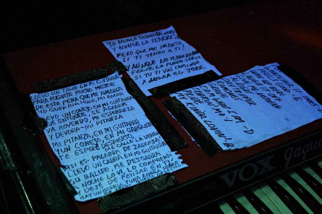 Chuletas que empregou o cantante para non esquecerse da letra das cancións en castelán (isto explicaría a incomprensión) e setlist do concerto ©Sara Yáñez