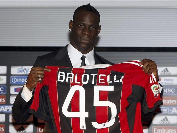 Tras cantar o seu himno sendo xogador do eterno rival, o Inter, por fin Balotelli está no Milan