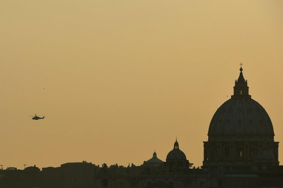 O helicóptero do Papa desaparece no luscofusco vaticano / La Vanguardia