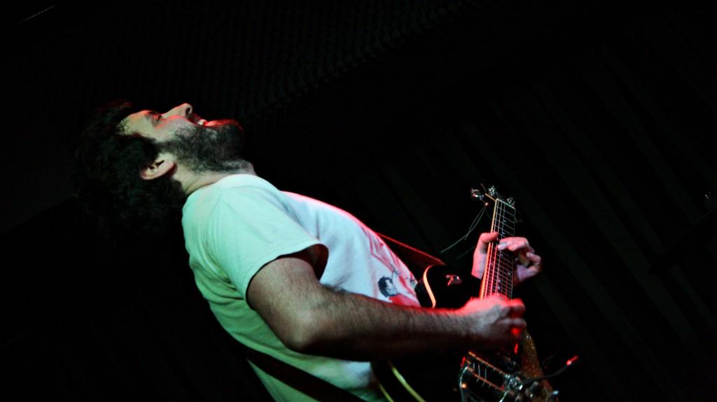 Gon Goitia, guitarrista de Djalminha ©Sara Yáñez