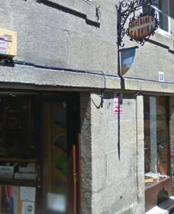 Tenda de lencería Novedades Carminha, situada no centro de Santiago