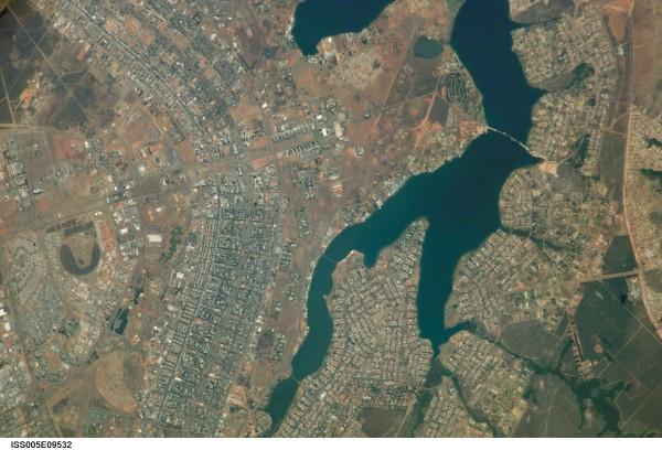 Desde a Estación Espacial Internacional, onde se pode ver a súa forma similar a un avión