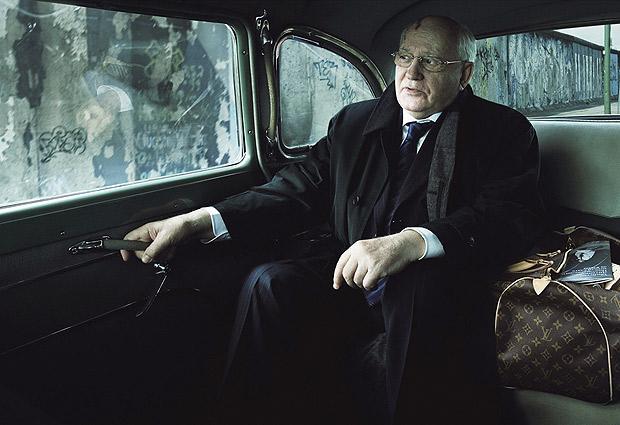 El político ruso Mijail Gorbachov y los restos del Muro de Berlín al fondo.