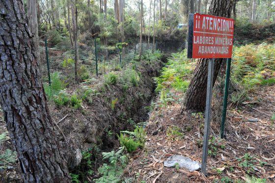 Cartel de alerta no lugar onde se atopaba a antiga mina inglesa. Foto: El País