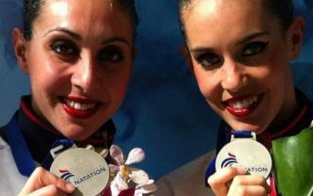 Marga Crespí y Ona Carbonell con la medalla de plata conseguida en el Abierto de Francia 2013 | Fuente: Real Federación Española de Natación