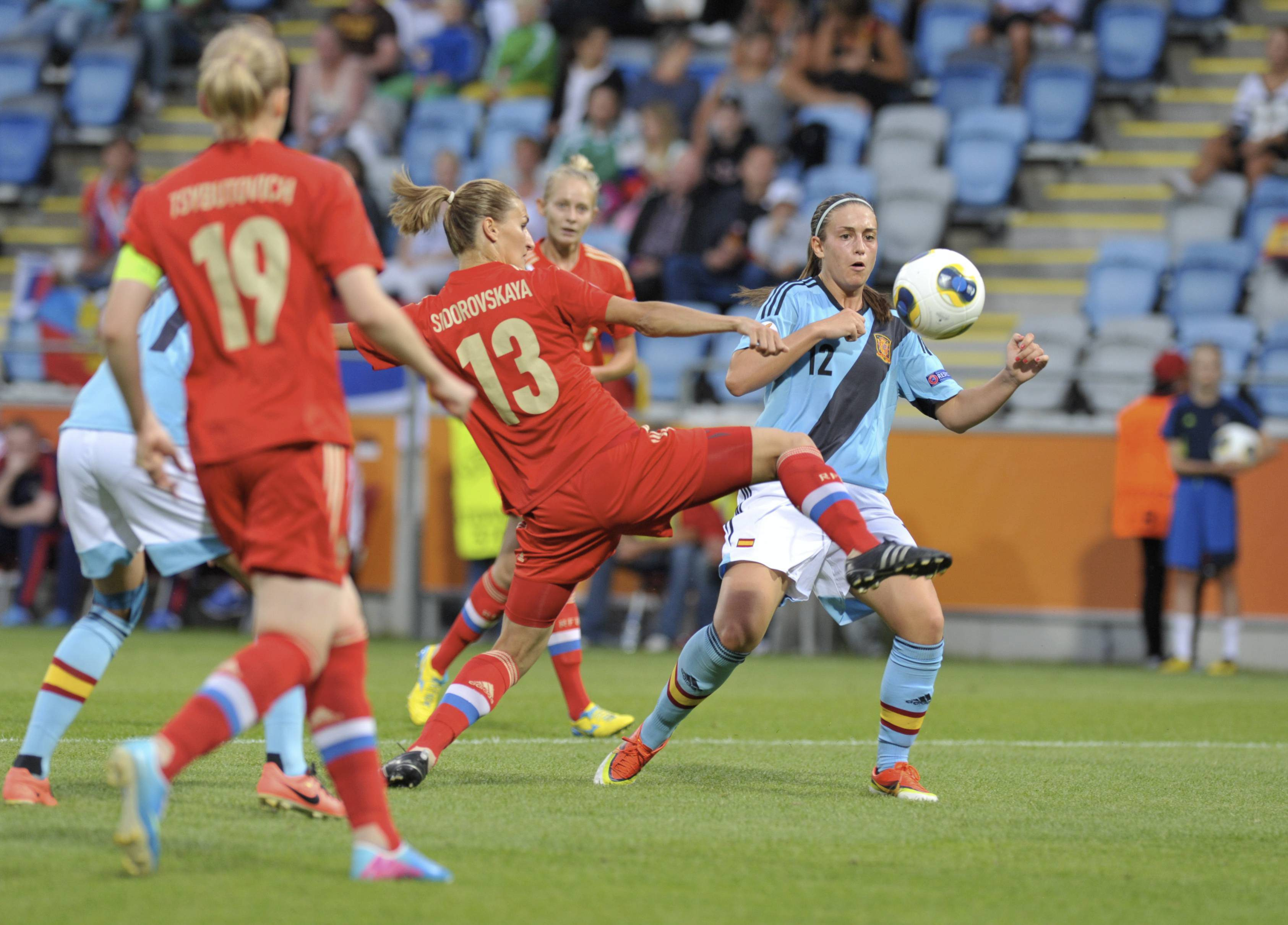 Alexia Putellas desputa un balón durante o España - Rusia  | ©Libertad Digital
