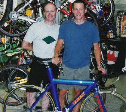 Armstrong posa inocentemente con Motoman antes de que se soubese a súa historia / Fonte: nicematin.com
