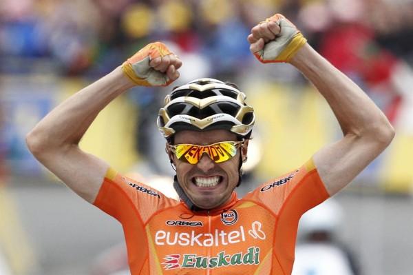 Samuel Sánchez celebrando unha vitoria co casco dourado de campión olímpico / Fonte: deportesonline.com
