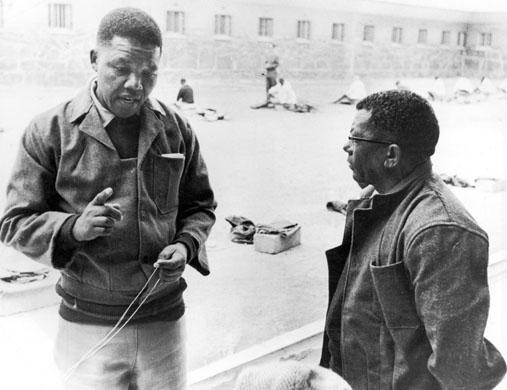 Nelson Mandela e Walter Sisulu no patio da prisión de Robben Islandezakwantu.com