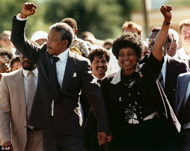Nelson Mandela, por fin libre, camiña xunto a Winnie