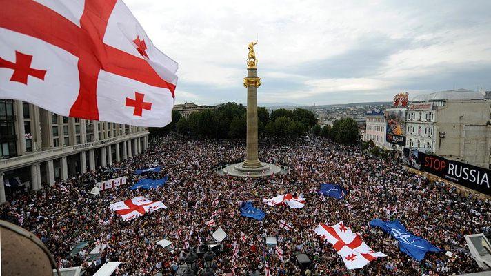 Manifestación ante o Parlamento de Tbilisi. Nótense as bandeiras da OTAN