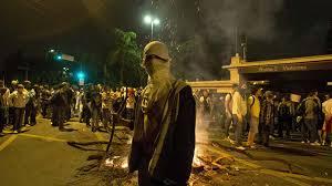 Un manifestante tapando nariz y boca para evitar los gases lacrimógenos - Google Images