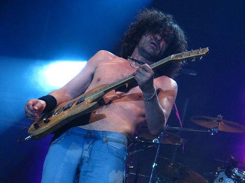 Iñaki, durante un concierto, y su guitarra SG fabricada por el lutier Sabrafén.