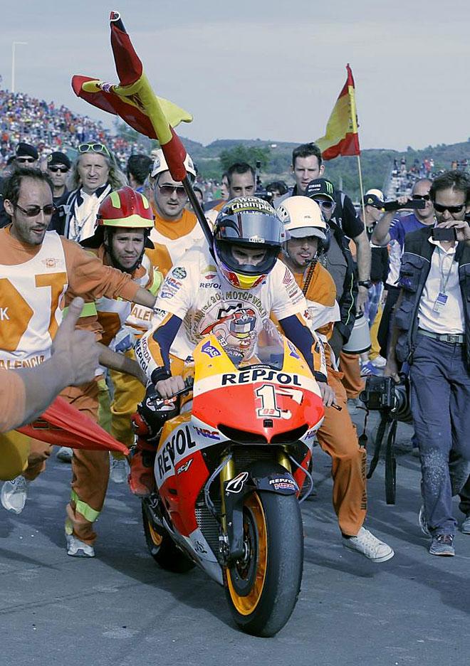 Márquez, llegando a boxes en Cheste tras proclamarse campeón del mundo | Fuente: marca.com