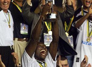Freddy Rincón (Corinthians) levanta a copa de campeón | Foto: AP