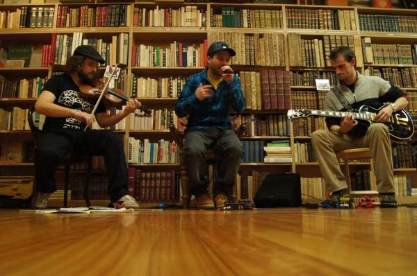 Brais ao violín, Gael á voz e Javi á guitarra | ©Ada Seoane Alló
