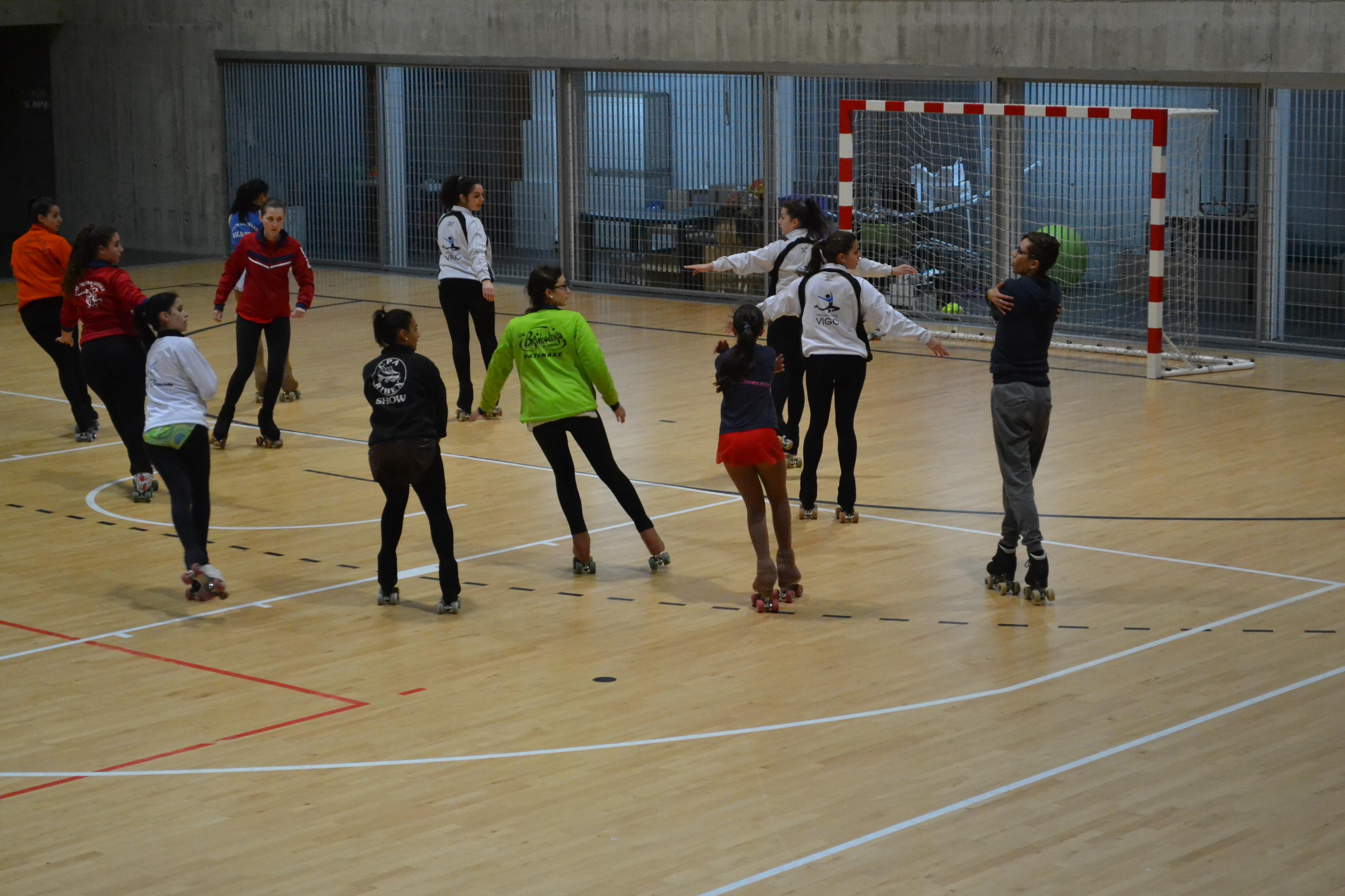 Xavi López con algunas patinadoras durante las jornadas de tecnificación | ©Andrea Oc