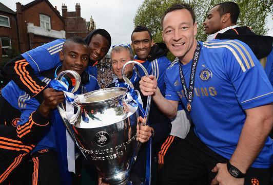 Roman Abramóvich (en el centro) junto a la Champions League y algunos integrantes del Chelsea.