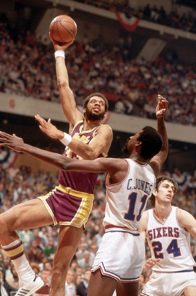 Kareem Abdul-Jabbar realizando su característico sky hook frente a los Philadelphia 76ers | Vía achievement.org