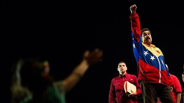Nicolás Maduro ergue o puño. / abc.es