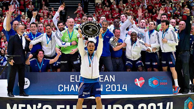 J. Fernández levanta o trofeo de campións - ©RTVE.es