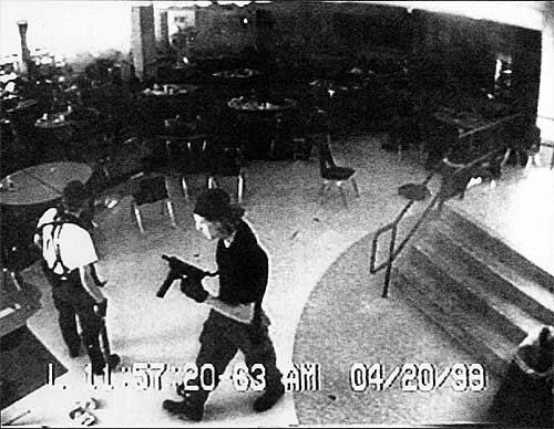 Autores de la matanza en el instituto de Columbine, captura de vídeo en la cafetería / El Mundo