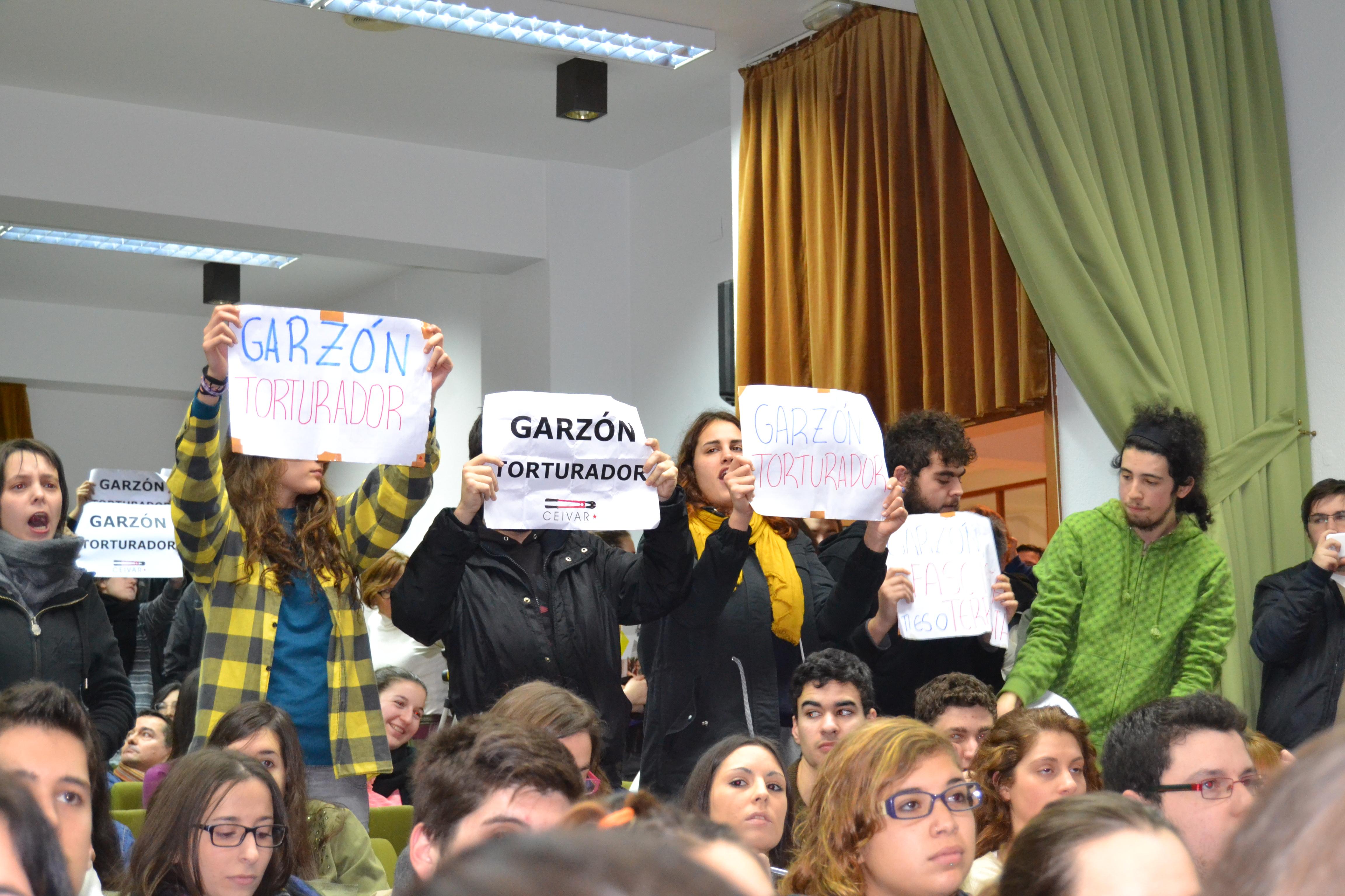 Interior del salón de actos en plena protesta | © Carlos Rey