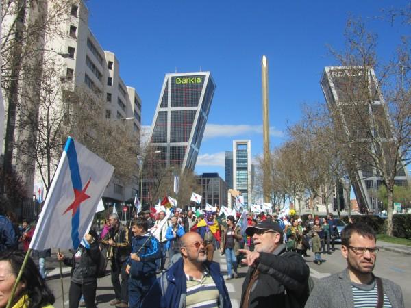 A marcha anticapitalista pasa baixo os símbolos d@ capital