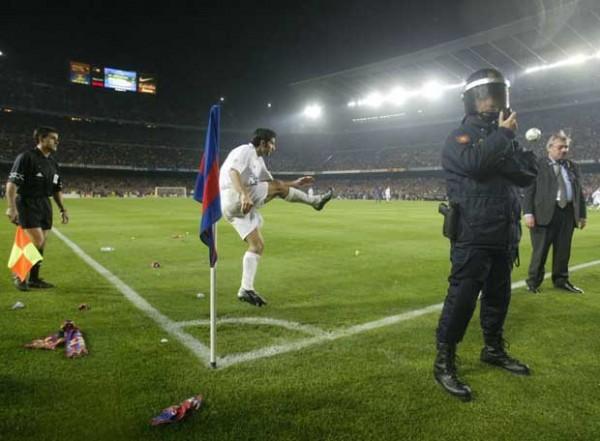 Luís Figo sacando un córner en el Camp Nou. Todo un caramelo para la grada | Vía elpais.com