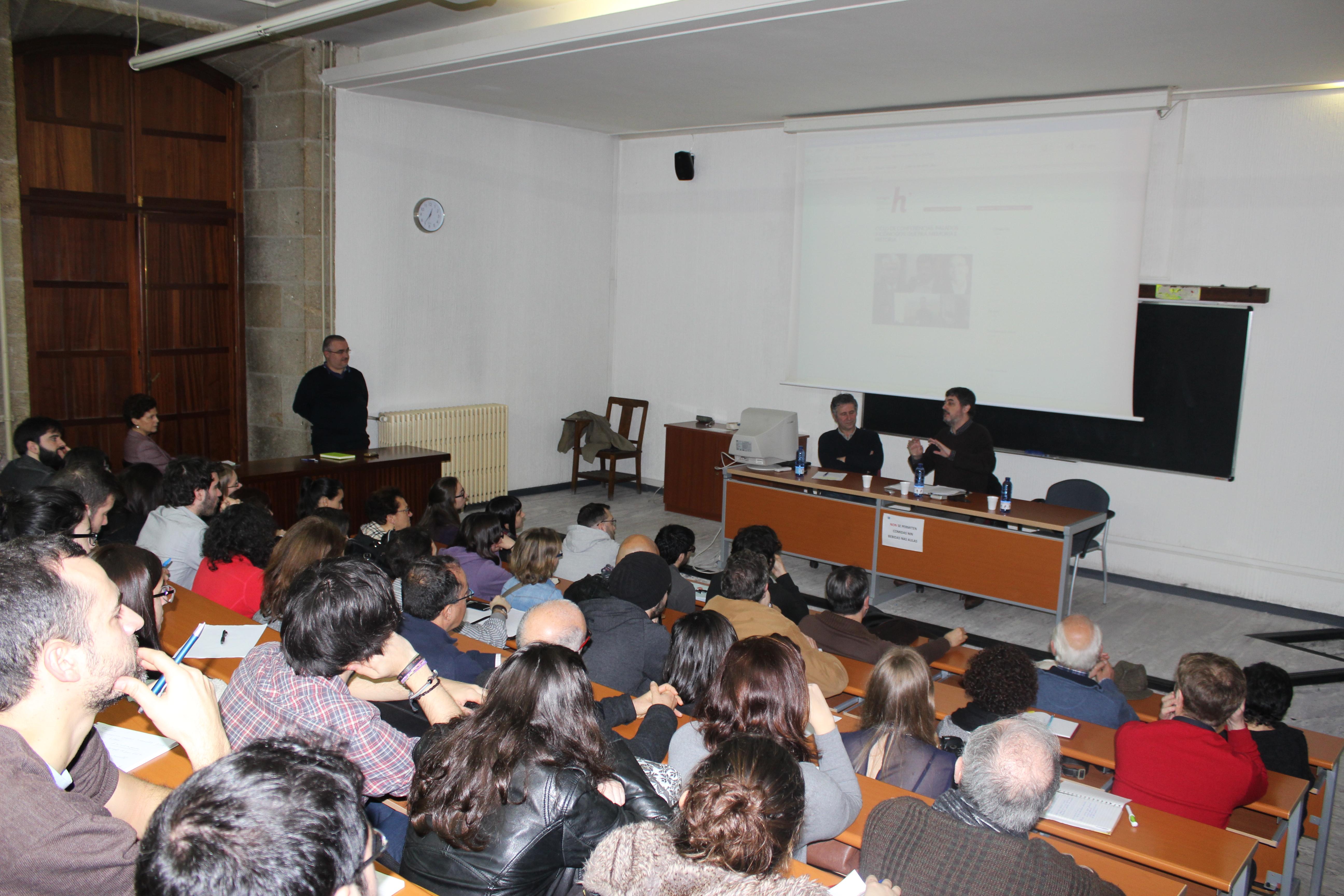 A aula 13 da Facultade de Xeografía e Historia repleta | ©Nuria G. Guillín