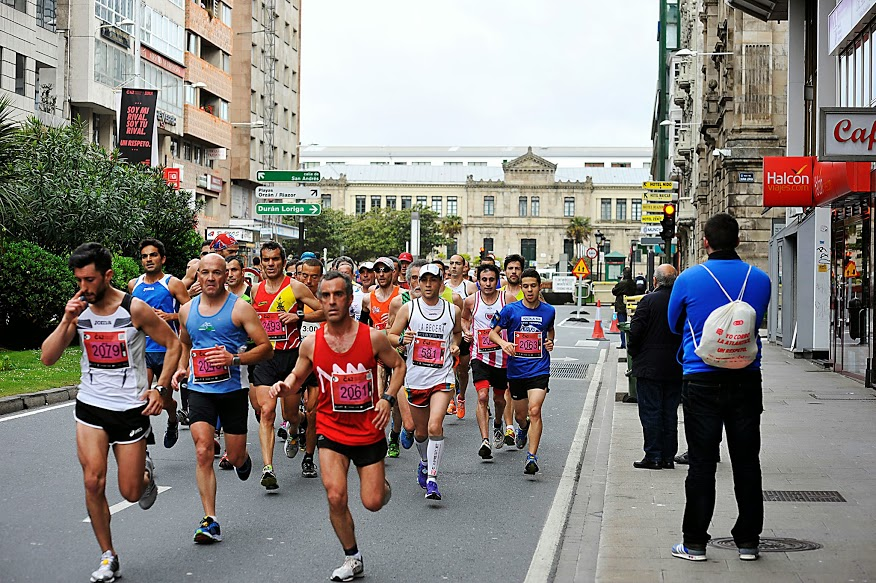Grupo de corredores cerca de finalizar la primera vuelta | Iria Díaz