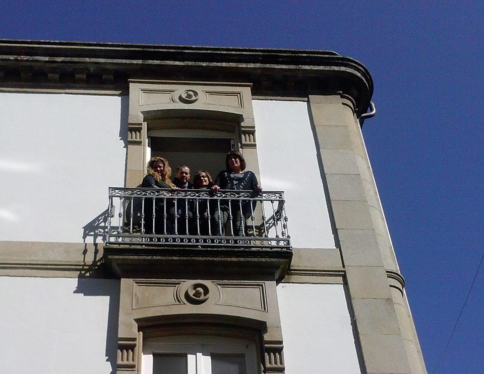 As traballadoras de Dálle que Dálle e Juan, de Xedega, posan no balcón da súa oficina o día da súa inauguración.