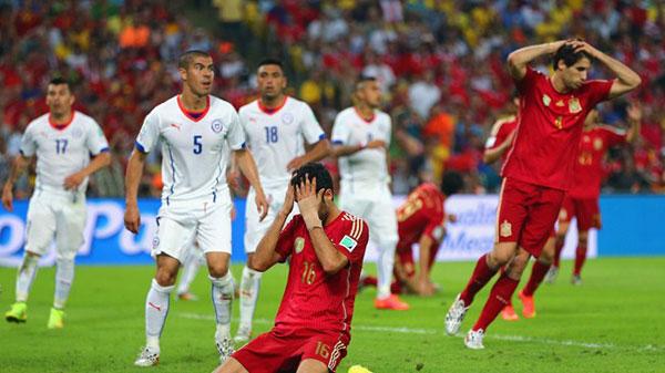 Varios jugadores, lamentando una ocasión errada contra Chile | Guillermo Valls