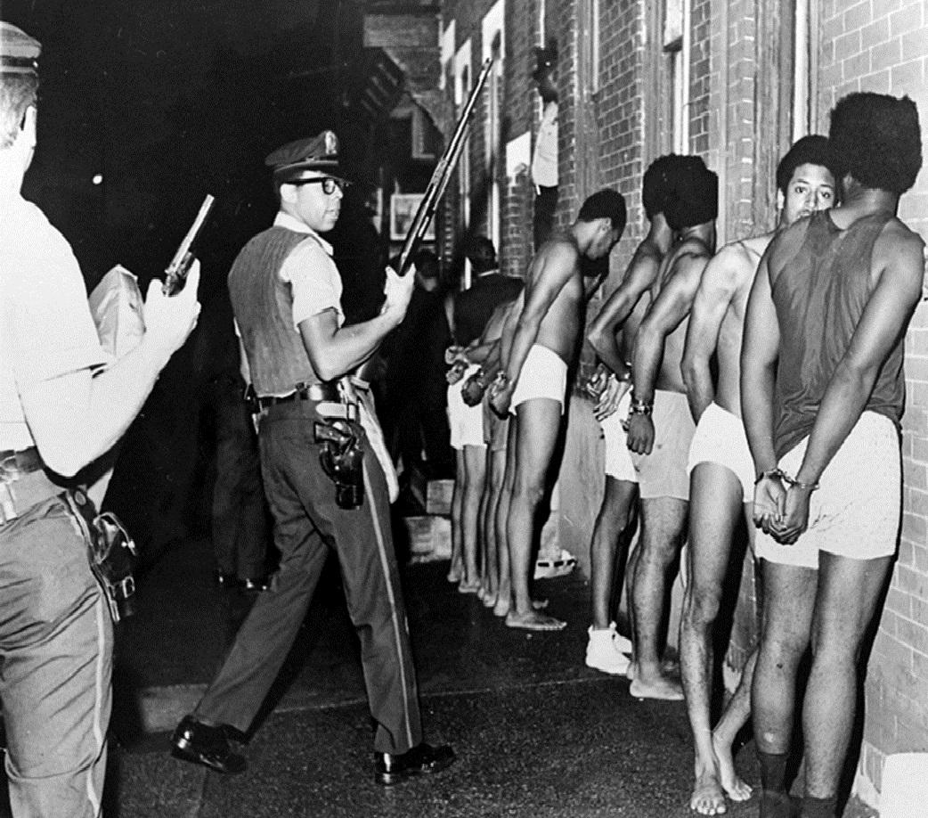 As brigadas policiais foron sinónimo de racismo e represión para os panteiras negras(fotografía: explorepahistory.com)