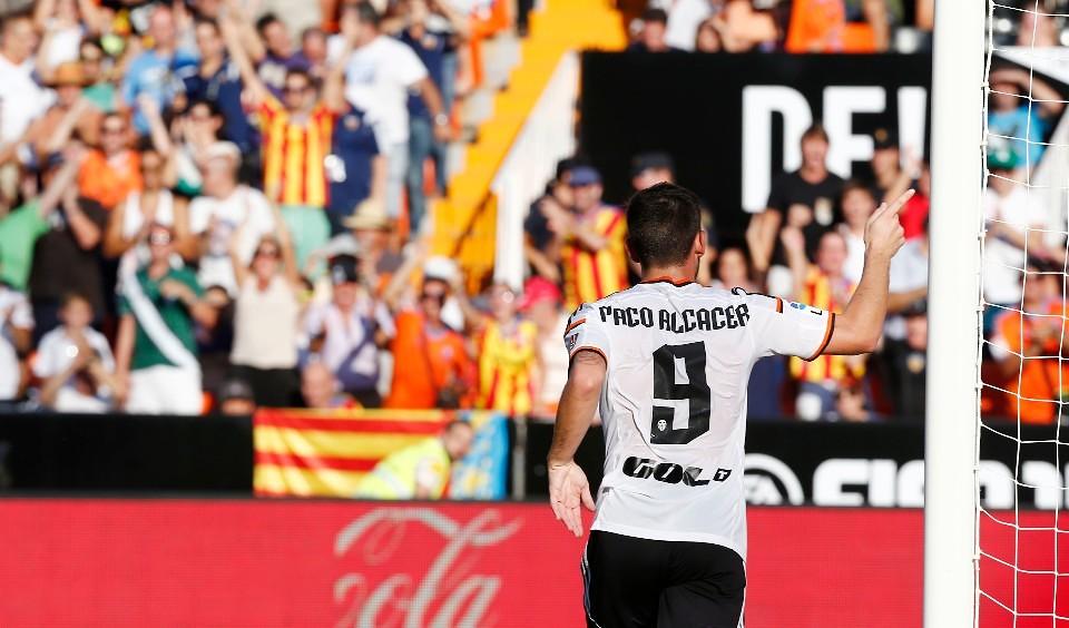 Paco Alcacer en una estampa habitual esta temporada / Foto: Valencia CF
