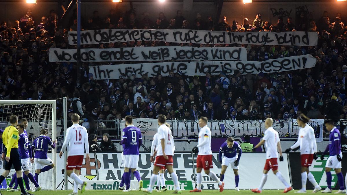 ''Un austriaco os llama y lo seguís a ciegas. Cada niño sabe en qué termina eso. Hubierais sido buenos nazis'', una pancarta en contra del RB Leipzig.