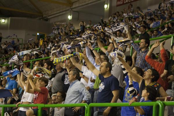 Ourense fue una fiesta. Las bufandas no dejaron de acompañar a una afición entregada con sus jugadores.