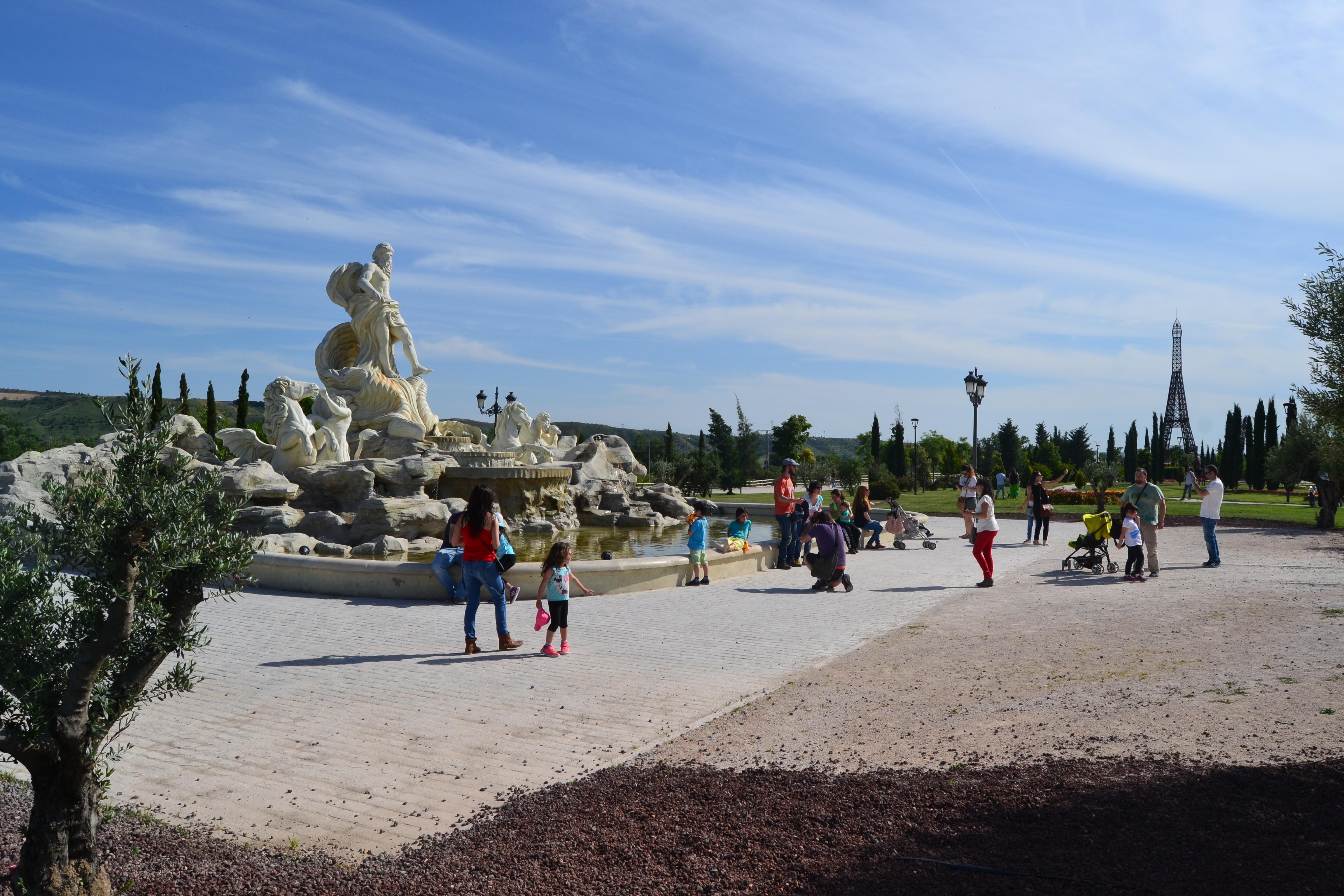 Réplica de la Fontana de Trevi y la de la Torre Eiffel al fondo | Ⓒ Marta R. Suárez