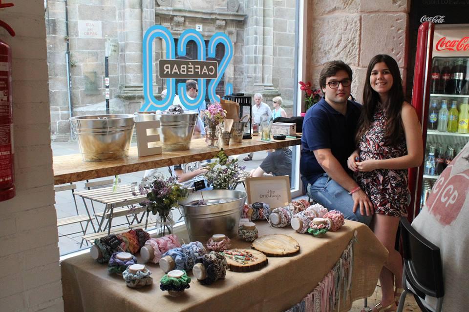 Los emprendedores de Emethings junto a su puesto en el Xanela Market |  Fuente: Julián Betancourt  ©