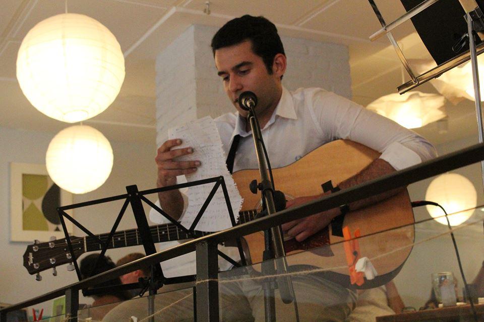 Antón AV junto con Paloma Fernández hizo disfrutar a los participantes con un gran repertorio de canciones | Fuente: Julián Betancourt ©