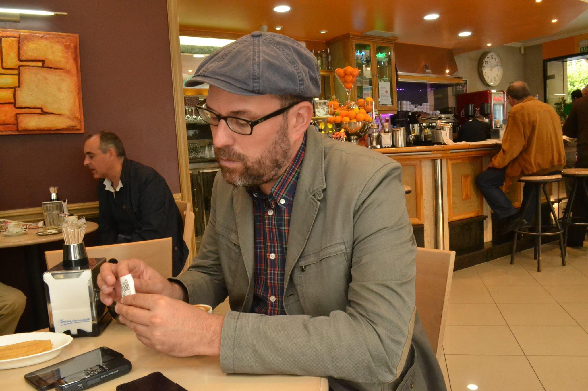 Noriega xoga cunha bolsiña de azucre mentras fala, con tranquilidade. Está curtido en mil entrevistas | ©Andrea Oca