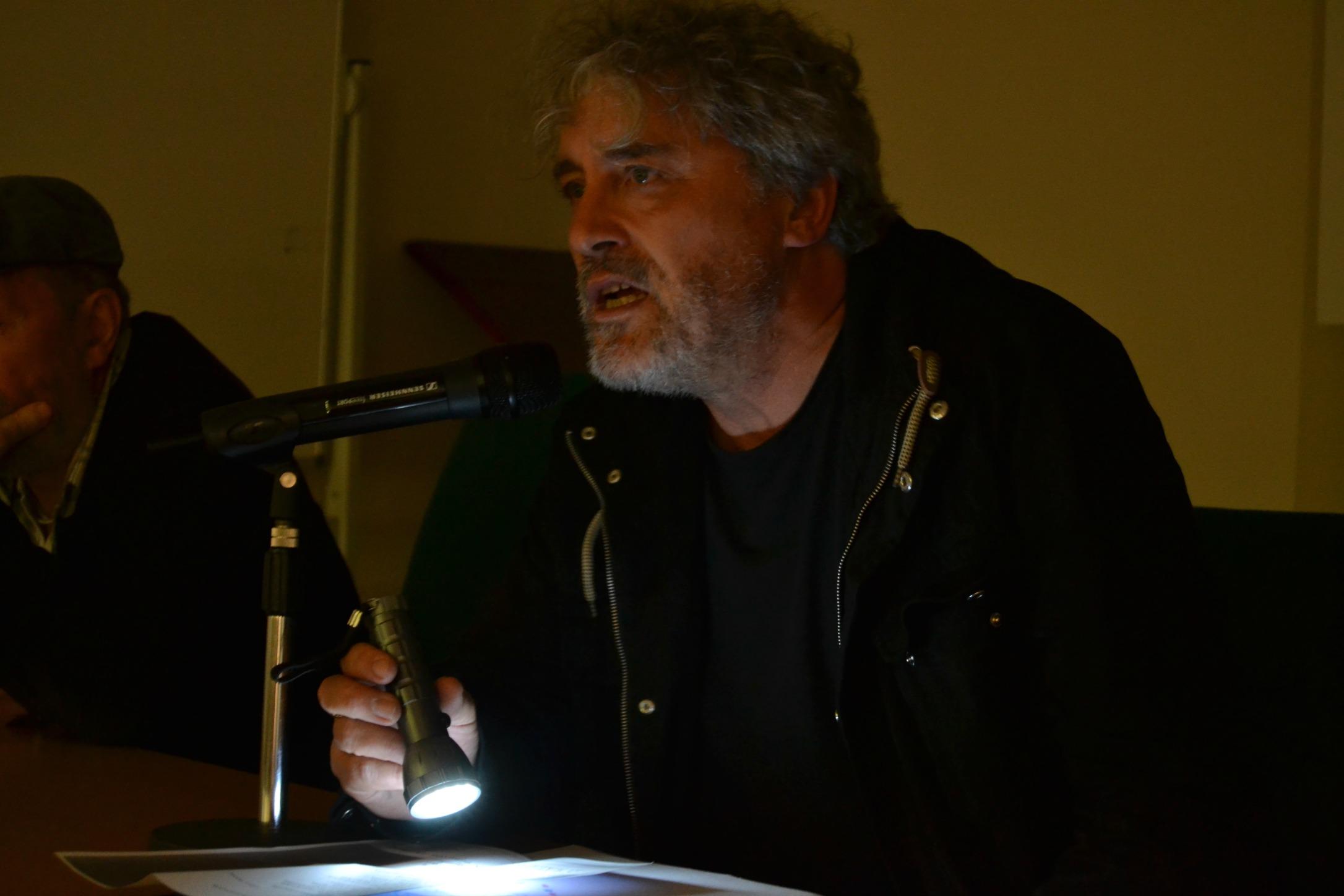 Manuel Rivas recitando | Ⓒ Alba Casais